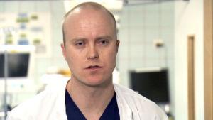 Ortopedian ja traumatologian professori Ville Mattila haastattelukuvassa