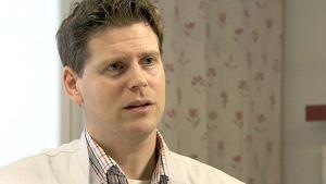 Neurologi Mika Koskinen haastattelukuvassa.