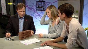 Koncentration och närvaro är viktigt i synnerhet när man ska vara kreativ tillsammans med andra. Bild: YLE/Cityportalen Ab