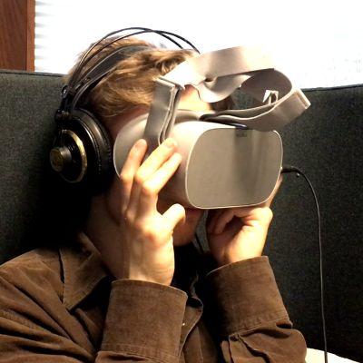 Sauli Rautiainen virtuaalilasit päässä.
