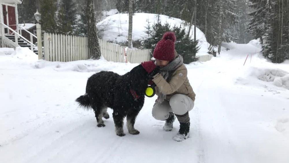 Neuropsykologian erikoispsykologi, psykoterapeutti Titta Ilvonen ulkona koiransa kanssa. Talvi, lunta.