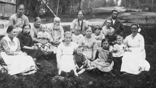 79270b9ef2ab På 1920-talet placerades ryska flyktingar i läger bland annat i Kyminlinna.  Läger fanns