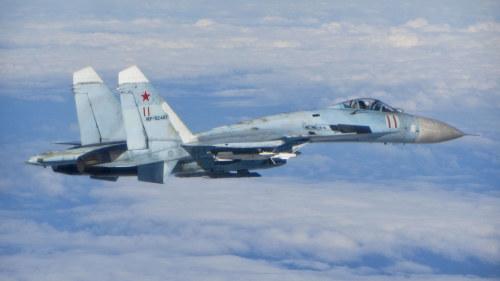 Sukhoi 27 fotograferad från en RAF Typhoon 2014. Ryskt jaktplan av typen ... 93ed41663fe1c