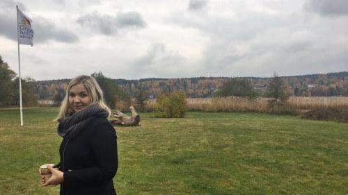 9e1ca7528b9b Cindy Viinikka som står ute på en gård, bredvid Gripsholmsskolans flagga.