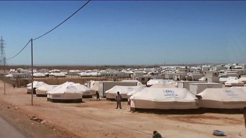 Tusentals i protest mot flyktinglager