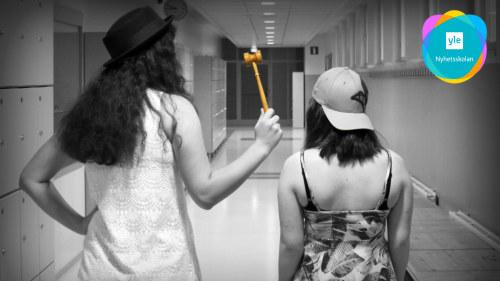 Två flickor med huvudbonader på i skolan. 05abeb63ab11d