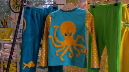 Tröjan som Lee sytt har dekorerats med en rolig bläckfisk på ryggen c069f6e015a26