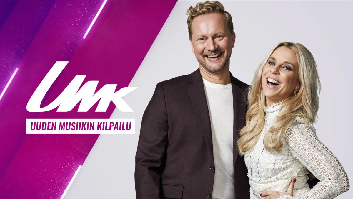 UMK:n juontajat Krista Siegfrids ja Mikko Silvennoinen hymyilevät leveästi purppuraa ja harmaata yhdistelevän taustagrafiikan edessä. Kuvassa myös teksti UMK, Uuden Musiikin Kilpailu.