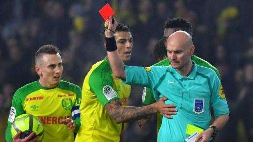 Osannolika scener i franska fotbollsligan  Domaren sparkade spelare ... 0e486d79fadd3
