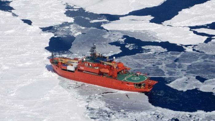Forskningsfartyg fast vid sydpolen