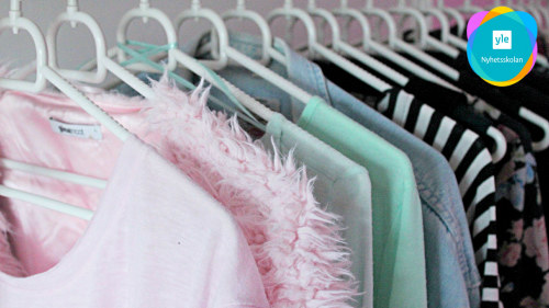 26ef651ed110 En klädstång full med tröjor i olika färger. Många ungdomar köper nya kläder  ...