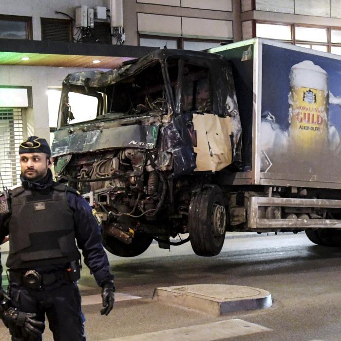 Stockholmare oppnar sina hem efter lastbilsattacken