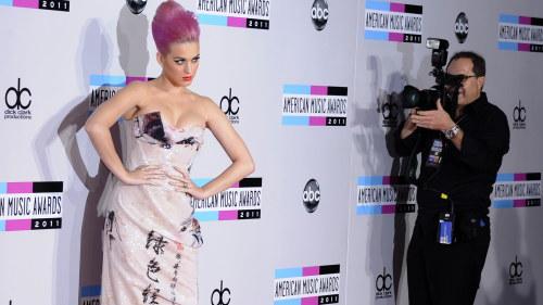 """Popstjärnan Katy Perry visar sina fotbollstalanger mitt i konserten: """"Jag."""
