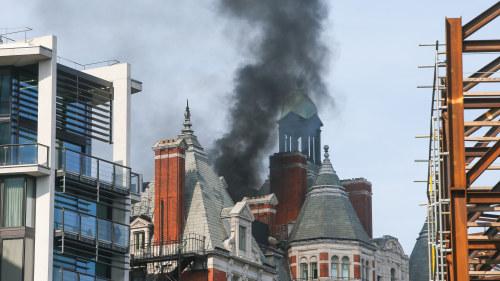 Kraftig brand pa hotell i england
