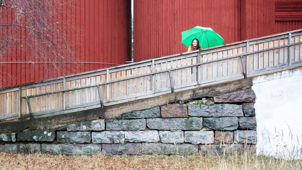 Anne Kassimäki seisoo Navetta-teatterin seinustalla.