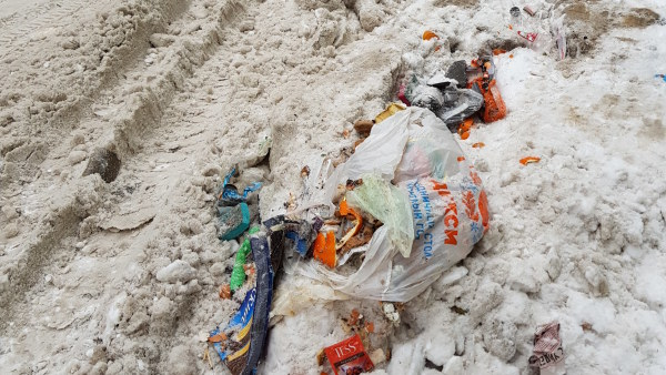 Plastskräp i snön.