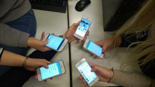 Svenskar stirrar mest pa mobilen