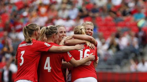 Norge firar sitt 4-0 mål i VM-premiären. c2e0f8ceef282