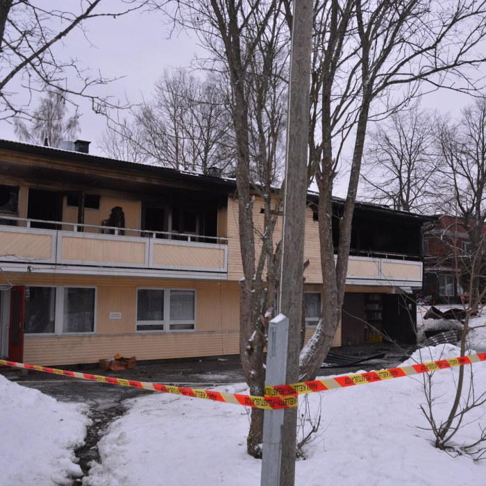 Kvinna omkom i brand i parhus