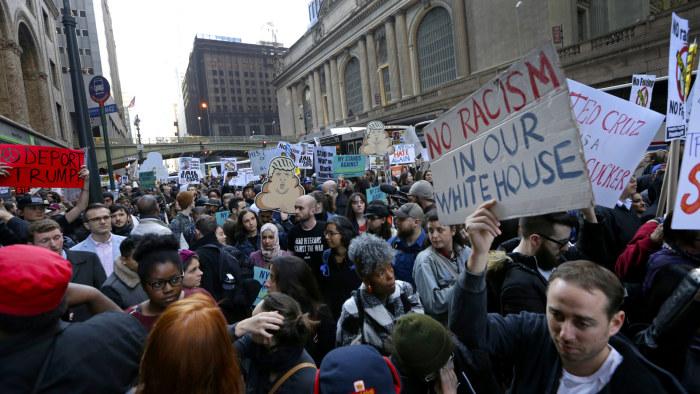 Stenar motte demonstration mot flyktingar
