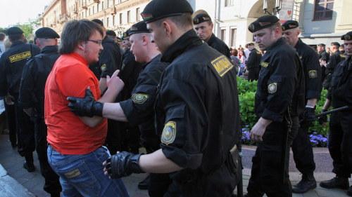 Demonstranterna dodades av den egna militaren