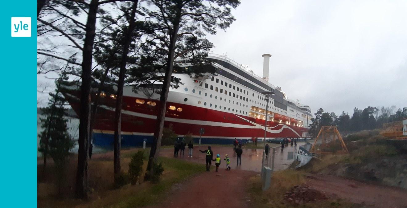 Passagerarna på grundstötta Viking Grace evakueras under morgonen – fartyget har bogserats till hamnen i Mariehamn