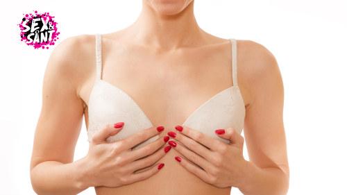 flickor med stora bröst i duschen