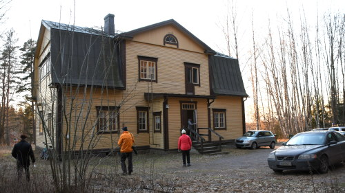 Gammal gul skolbyggnad på vårvintern.