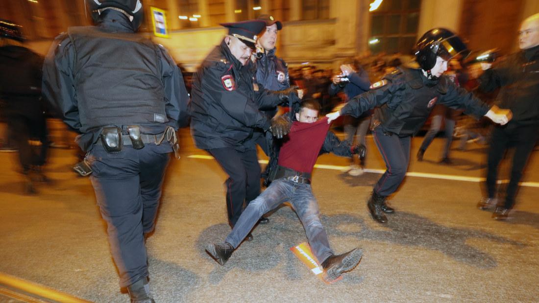 putins födelsedag Över 200 demonstranter greps i Ryssland på Putins födelsedag  putins födelsedag