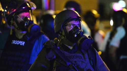 Beredda pa kaos tar in 4000 poliser