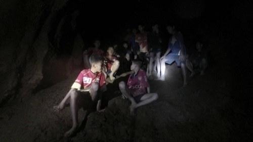 Fotbollslag fast i oversvammad grotta