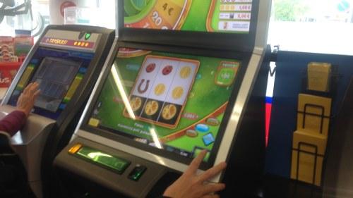 Var femte tonarspojke spelar pa automater