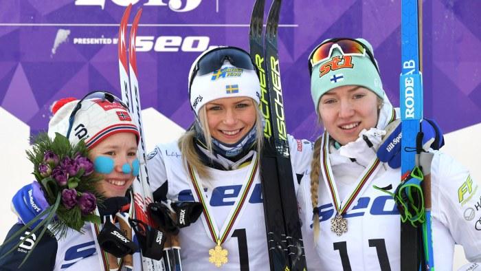Helene Marie Fossesholm, Frida Karlsson och Anita Korva på prispallen efter masstarten i junior-VM i Lahtis.