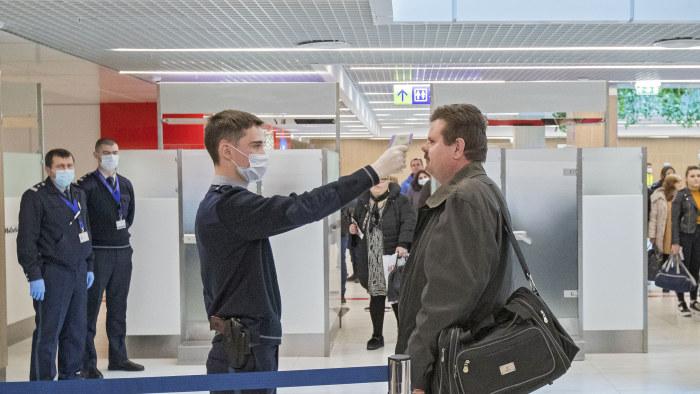 Scanning av resenärer på flygplasten i Chisinau, Moldavien