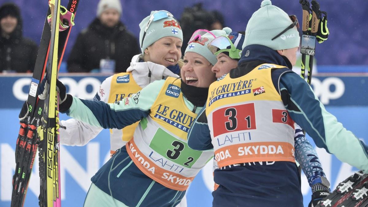 Therese Johaug tryckte gasen i botten och avgjorde på tredje etappen – Finland stafettvåa framför hemmapubliken