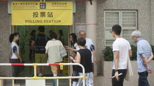 Protester nar hongkongs ledare svors in