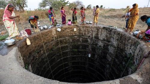 Indiska monsunregn har kravt minst 90 liv