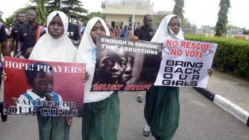 De demonstrerar for de nigerianska flickorna
