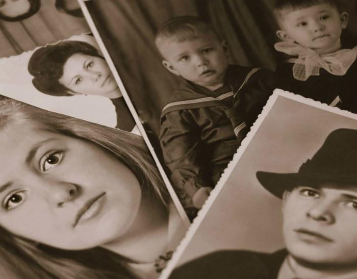 Mustavallkoisia kuvia perheenjäsenistä eri vuosikymmeniltä.