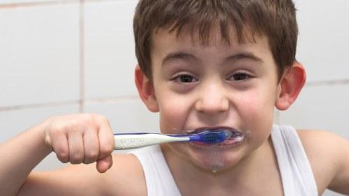 pojke som borstar tänderna f55e5b0abcb81