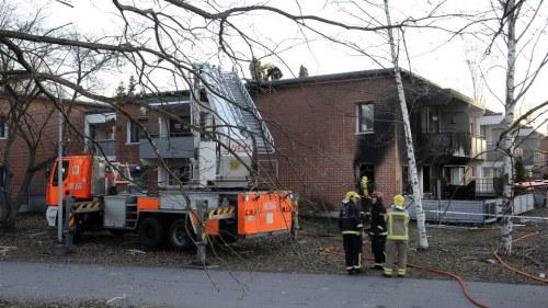 Valdsam lagenhetsbrand i attavaningshus tre till sjukhus