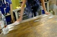 Spackla, slipa och torka av bordet