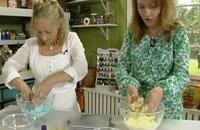 Alexandra och Lee blandar alla ingredienser i en skål
