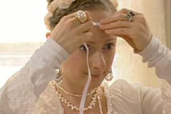 Klipp ett gummiband som är lika långt som omkretsen kring ditt huvud