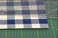 Placera linjalen lite snett på tygkvadraterna