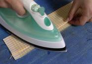 Vik bomullstygsremsorna och pressa med strykjärn