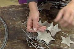Catharina trär linfiltsstjärnor på järntråden