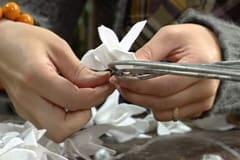 Vid behov kan du göra en upphängningsögla på baksidan av kransen av en bit tunn järntråd eller av sidenband