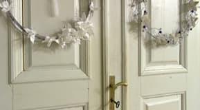 De färdiga kransarna hängdes upp på dörrarna