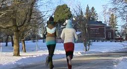 Alexandra och Lee testar deodoranten genom att ta sig en joggingtur